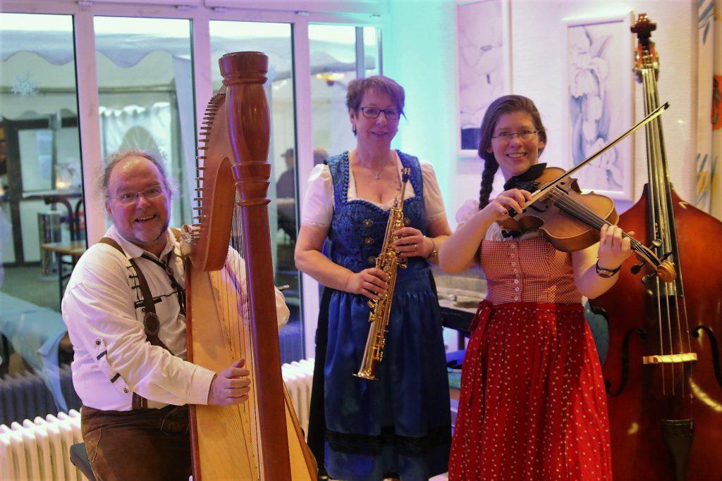 Die Giebelwälder als Trio mit Andreas Schuss an der Harfe, Theresa Schäfer am Sopransaxophon und Vanessa Feilen an der Bratsche